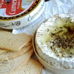 Dip de queso Camenbert al horno, aromatizado.